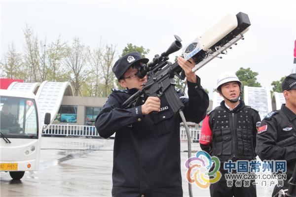 """警方无人机反制枪亮相""""西马""""驱离无人机3架"""