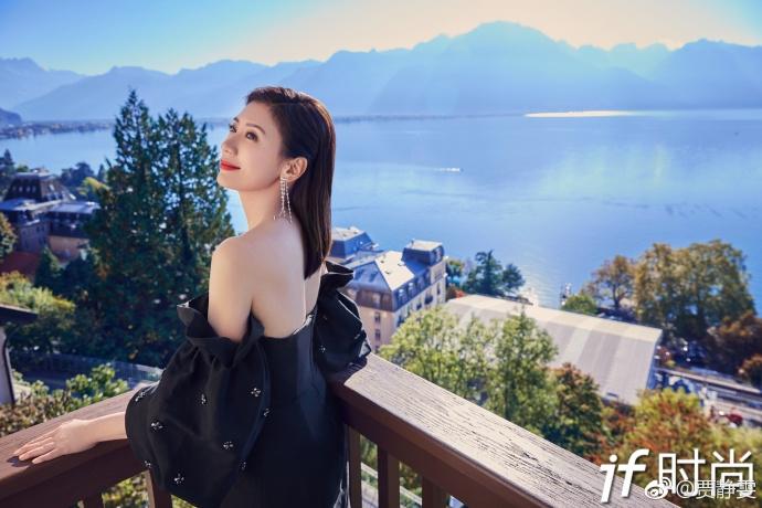 43岁的贾静雯拍大片 露香肩美背彰显女神风范