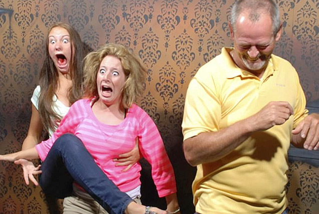 游客加拿大鬼屋探险受惊吓 表情逗趣