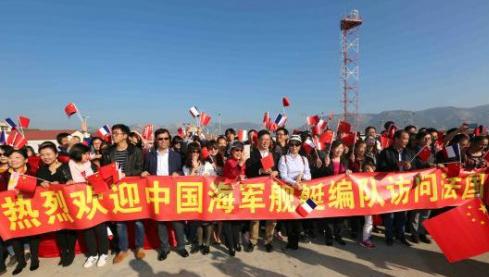 """中国留学生在法登""""扬州舰"""":祖国是我们后盾"""