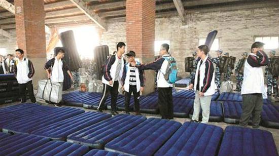 千名中学生住仓库洗冷水澡 该校排名全国第一
