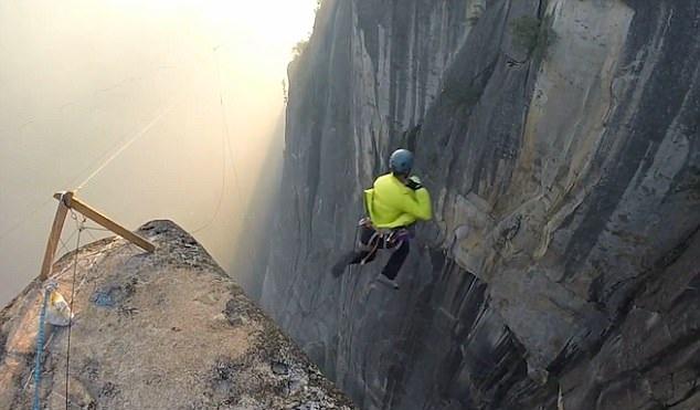 胆大!加州极限爱好者纵身跳下243米深悬崖