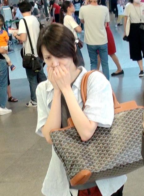 清流!郑爽双拳捂脸害羞躲镜头变16岁少女