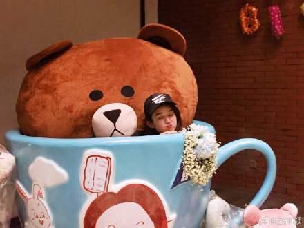 赵丽颖生日被礼物包围 在巨大里茶杯卖萌