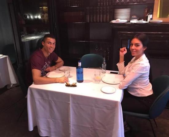 C罗欧冠前带怀孕女友吃大餐 二人越看越有夫妻相