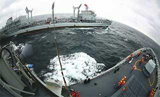 换个角度看东海舰队演练海上补给