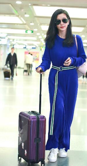 李冰冰独自返京 穿蓝色长裙女神范十足