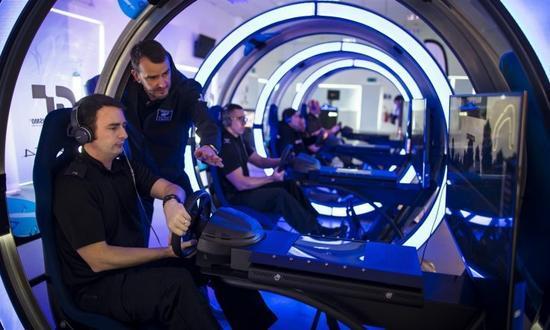 赛车游戏训练警察还没过时:这次换成了VR版