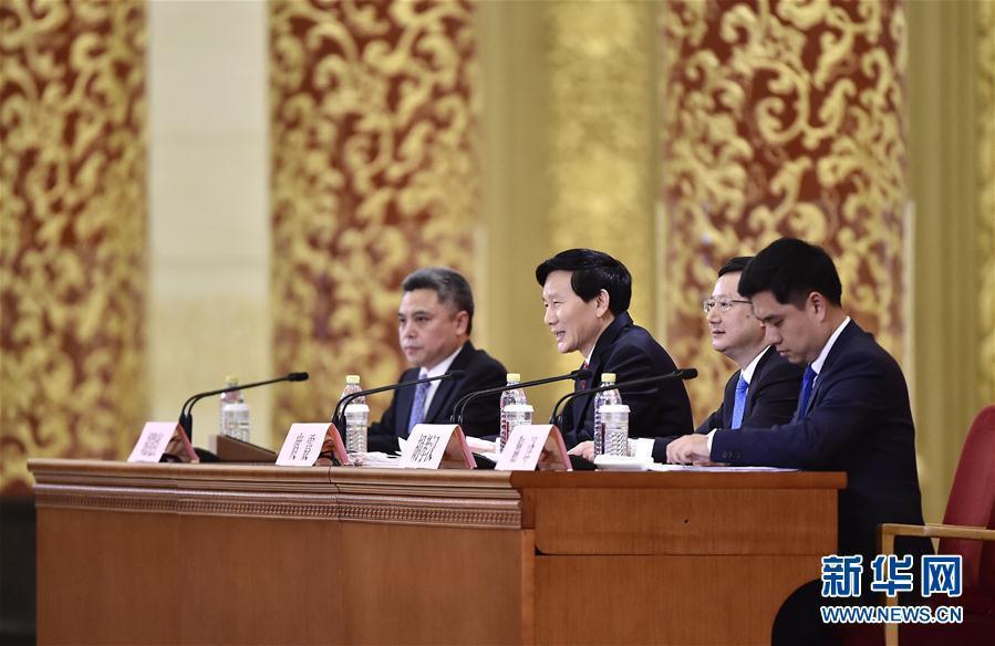 中共第十九次全国代表大会新闻发言人举行新闻发布会