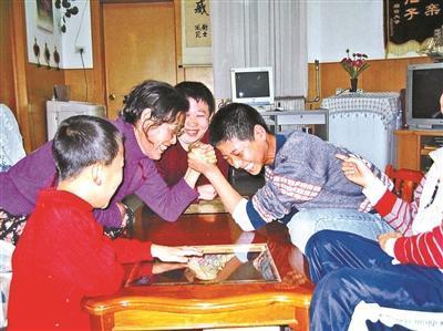 六旬爱心妈妈31年养25个娃 SOS儿童村难寻继任者