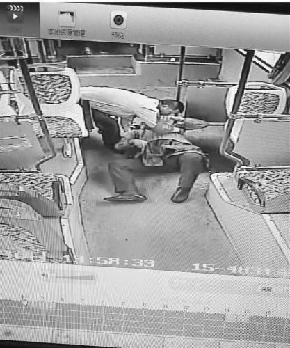 乘客突发心脏病 公交司机的这个做法值得点赞