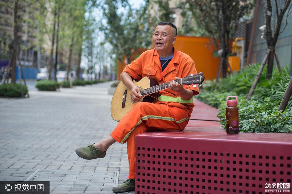 6旬环卫工街边弹唱 网友:被耽误的乐手