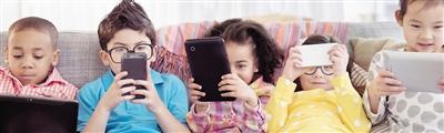 不想让孩子玩手机? 那家长也别在他面前玩