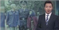 警官学院新生与爷奶合影 老人被抓拍最感人凝视