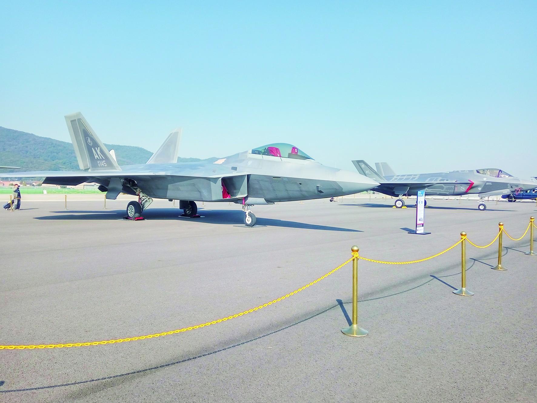 首尔航展美韩炫耀战略武器 F22、F35携手登场
