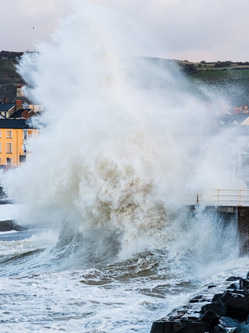 """飓风""""奥菲莉娅""""袭击英海岸 巨浪滔天"""