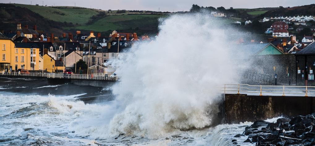 """飓风""""奥菲莉娅""""袭击英国海岸 巨浪滔天"""