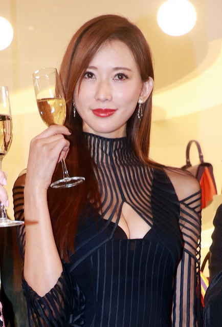 林志玲出席活动穿条纹裙女神力爆表