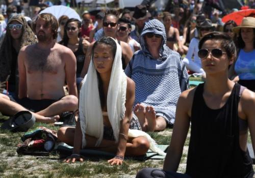 """美国多个城市掀起""""静坐风"""" 部分人因此抛弃瑜伽锻炼"""