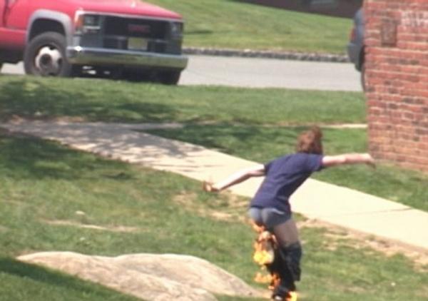 美国男子欲表演滑板特技却意外引火烧身
