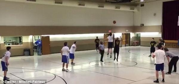 厉害了!美高中生超远距离单手投篮命中震惊全场