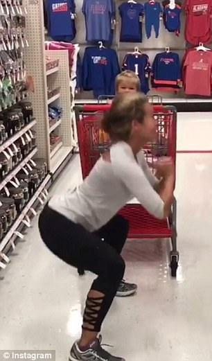 美母亲带孩子购物过程中不忘锻炼遭网友抨击