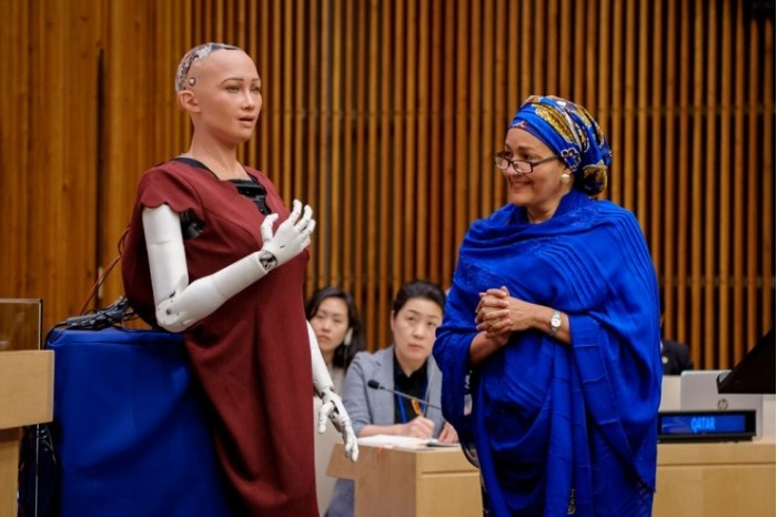 机器人登上时尚杂志封面 还参加了联合国大会