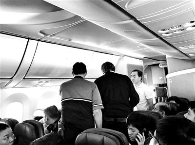 中国医生乘亿万先生航班两度救人:救死扶伤是应该的