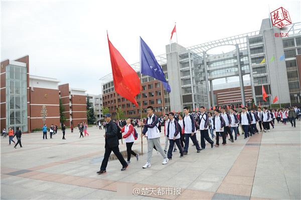 """湖北1200名学生上""""吃苦课"""" 寒风中徒步7小时"""