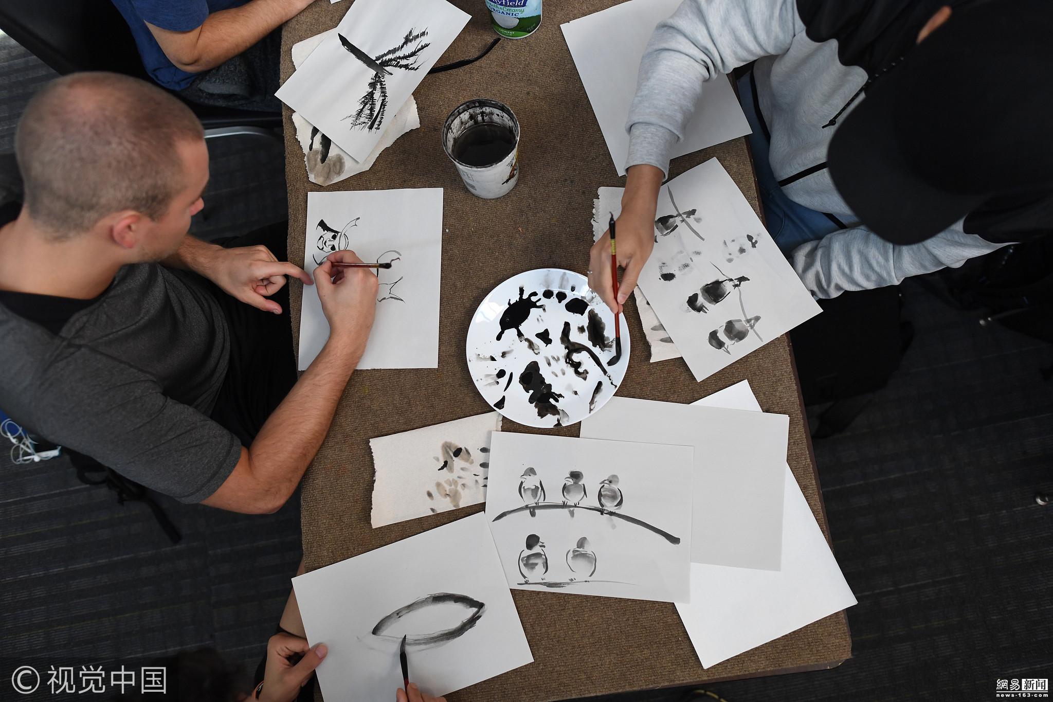 中国传统文化走进美国校园 学生练习水墨画