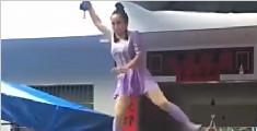 女杂技员悬空站钢丝跳舞