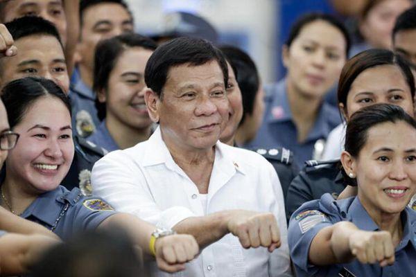 菲律宾总统杜特尔特走访监狱 与女狱警开心合影