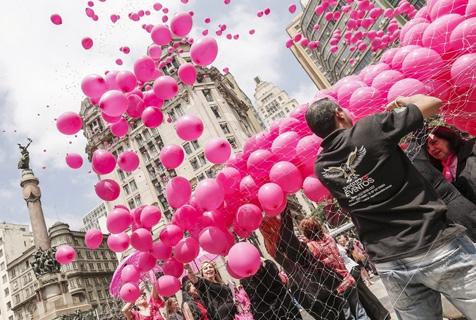 巴西女性放飞粉气球 呼吁关注乳腺癌