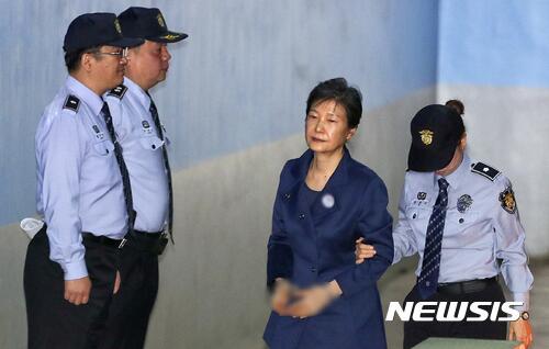 律师团全体辞职后 朴槿惠不出席今日审判