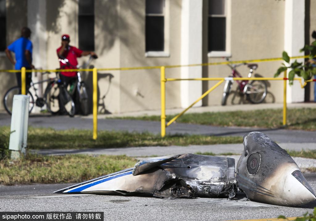 天降横祸!美国小型飞机紧急迫降时坠毁 与汽车追尾