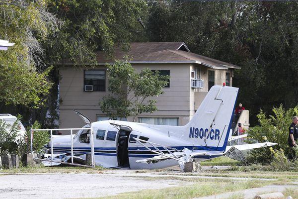 美国小型飞机紧急迫降时坠毁 与汽车追尾