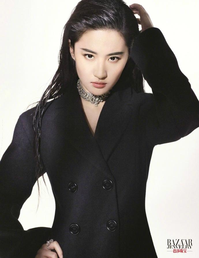 刘亦菲登时尚封面显质感 尽展知性干练