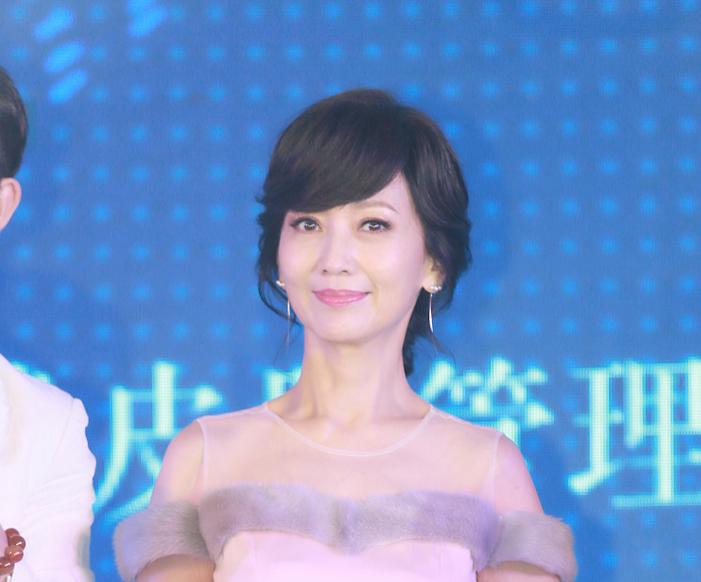 赵雅芝穿粉裙成功减龄获狂拍 谈笑间显优雅