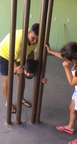 巴西熊孩子头卡栏杆两小时被家人救出