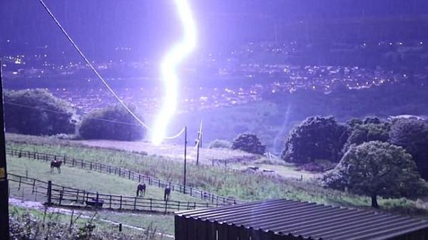 惊险震撼!闪电险击中英国牧场 马群被吓坏