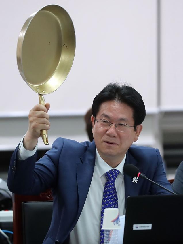 韩议员举平底锅 呼吁支持本土游戏《绝地求生》