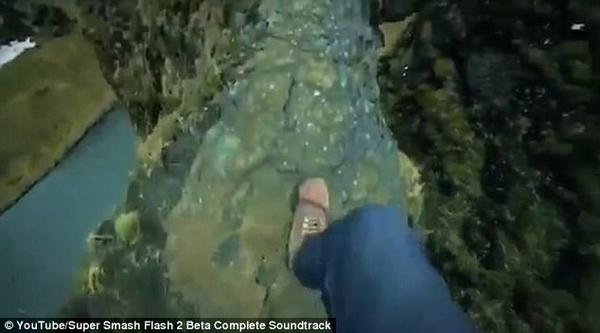 惊悚!男子无安全防护沿狭路攀至冰岛悬崖顶端