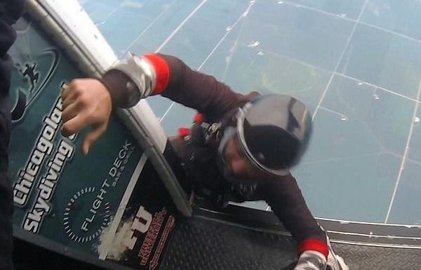 最佳损友!美国男子跳伞时一脚将朋友踹下飞机