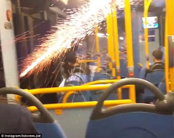 英青年朝巴士内燃放烟花引恐慌遭乘客驱逐