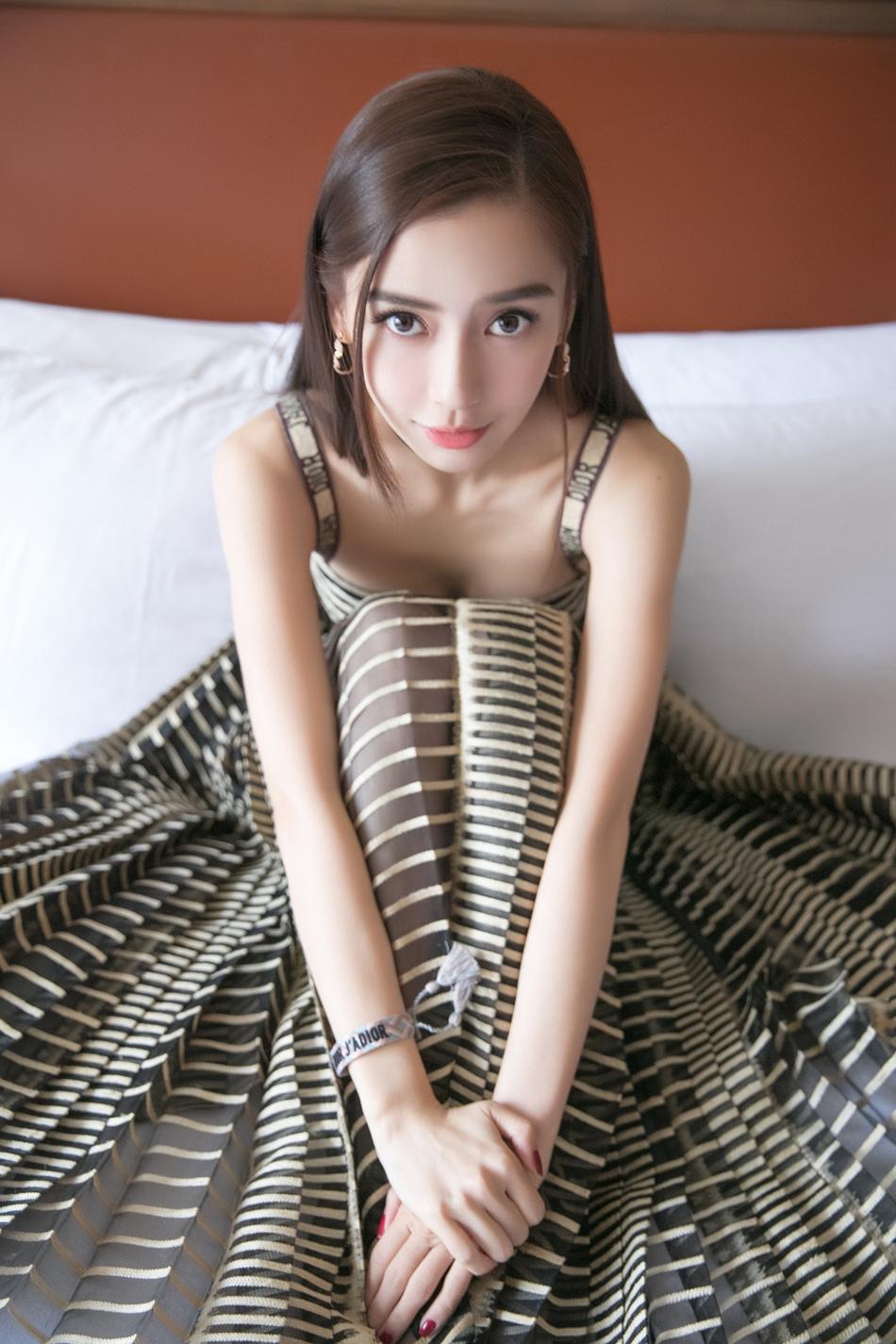 Angelababy条纹百褶纱裙甜美梦幻 尽显少女心