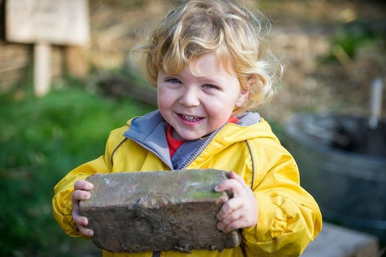 抹水泥劈木头风吹日晒 英国孩子这样上幼儿园