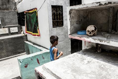 """走近菲律宾生活在""""棺材盖""""上的人"""