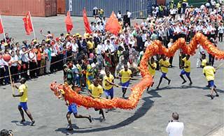 医院船访安哥拉 当地人舞龙欢迎
