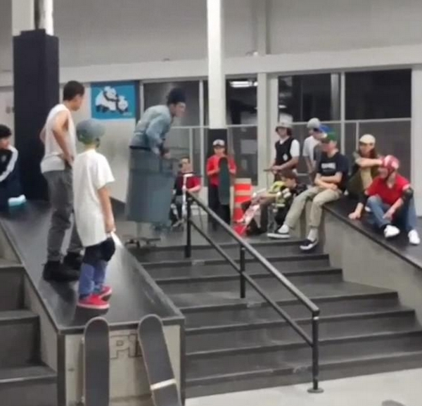 滑板高手街头炫技 乘坐垃圾桶飞下台阶