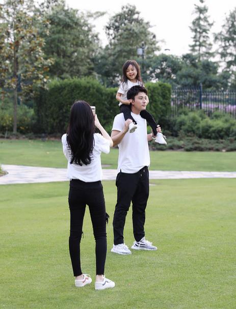 贾乃亮李小璐甜馨草坪玩耍 一家三口玩亲亲
